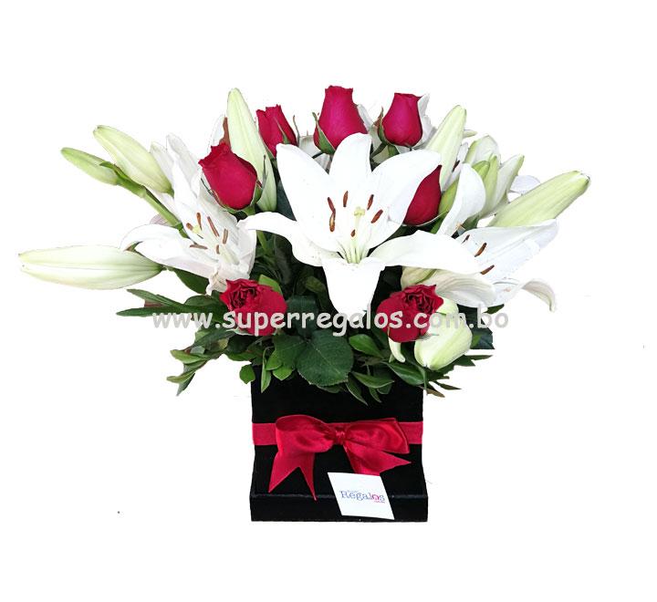 Caja cuadrada con rosas y lirios