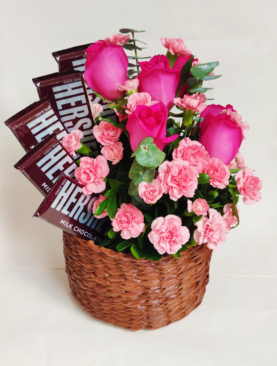 Arreglo de rosas, claveles y chocolates