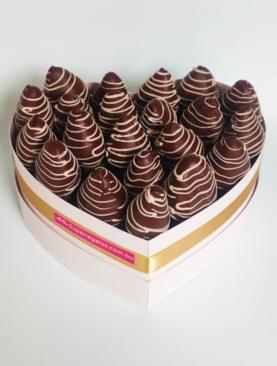 Corazon con Frutillas bañadas en chocolate